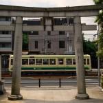 【Tokyo Train Story】尾久八幡神社の鳥居の向こうを行く都電荒川線