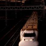 夕暮れ時の東京を疾走する東海道新幹線
