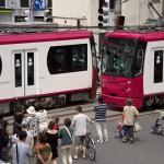 【Tokyo Train Story】人々の目の前でローズカラーの都電がすれ違う