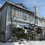 花巻の町中でかつての旅館だったと思われる木造建築を見物する 冬の東北温泉巡りの旅 その5