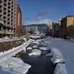 雪と青空をバックにした美しい松本城の姿を撮影してみた! 冬の岐阜長野温泉巡りの旅 その11