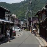 鞆の浦のメインストリートで木造家屋やモダンなコンクリート製の建物を眺める 広島県デスティネーションキャンペーンの旅 その7