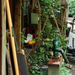 文京区根津2丁目 民家の軒先にある生活感たっぷりの井戸ポンプ
