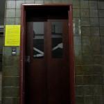 銀座にある昭和7年に建てられた奥野ビル 手動ドアのエレベーター