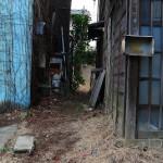谷中の路地裏に残る廃墟と井戸ポンプ跡