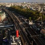 北とぴあの展望室から東京スカイツリーと新幹線を撮影する