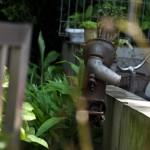 北区田端1丁目 庭の片隅で傾いた井戸ポンプ