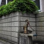 新宿区新宿7丁目 いまだ現役、塀に囲 まれた井戸ポンプ