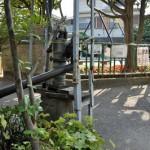 品川区北品川2丁目 公園脇のメカニカ ルな井戸ポンプ
