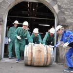 お神輿のように樽を転がして貯蔵庫へ、そして大団円 ニッカウヰスキー余市蒸溜所でのマイウイスキーづくり体験 その9