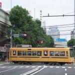 【Tokyo Train Story】大通りを横切る黄色い電車(都電荒川線)