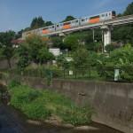 【Tokyo Train Story】程久保川沿いの遊歩道から多摩モノレールを望む