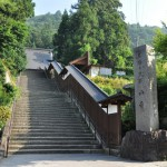 山寺の山門で2匹のネコに出会う 夏の青春18きっぷの旅2011 東北編 その23