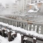 雪が降る中湯畑を見学する 春の草津温泉旅行 その2