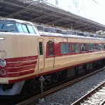 池袋駅で旧国鉄色の修学旅行団体臨時列車を撮影