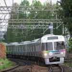 【Tokyo Train Story】新緑の井の頭公園を背景にして走る京王井の頭線