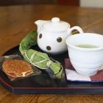 文京区千駄木の路地裏にある畳とちゃぶ台が心地いい古民家カフェの「つむぎ」で笹だんごとお茶を頂いてきた