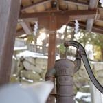 諏訪大社下社秋宮の境内で井戸ポンプを発見する 『冬の長野 アルクマ詣での旅』 その19