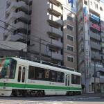 【Tokyo Train Story】ビルの真下を悠々と(都電荒川線)