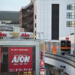 【Tokyo Train Story】ビルの隙間から顔を出す多摩モノレール