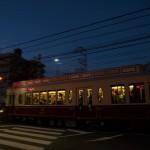 【Tokyo Train Story】ブルーモーメントの空の下を疾走する都電レトロ風車両