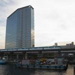 【Tokyo Train Story】運河沿いにビルがある風景(東京モノレール)