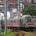 【Tokyo Train Story】壁のようにそびえるマンションを背景に(東急池上線)