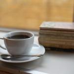 カフェハヴントウィーメットの窓際カウンター席で古い文庫本を読みながらコーヒーを飲む優雅なひと時 『秋の宮城への旅 2015』 その18(最終回)