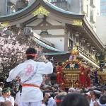 梅香る湯島天神の境内を勇壮なお神輿が練り歩く!梅まつり期間中に開催される「神輿の渡卸」を撮影してみた