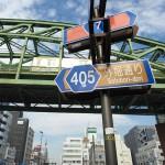 【Tokyo Train Story】道路標識の向こうで総武線がギラリと輝く