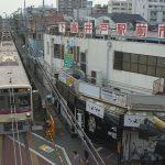 【Tokyo Train Story】下高井戸駅前市場の前を駆け抜ける京王線の準特急