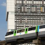【Tokyo Train Story】面白いデザインをしたビルを背景に走る東京モノレール