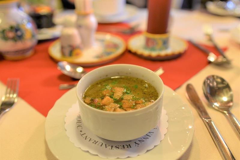 オロモウツのレストランで食べたガーリックスープ