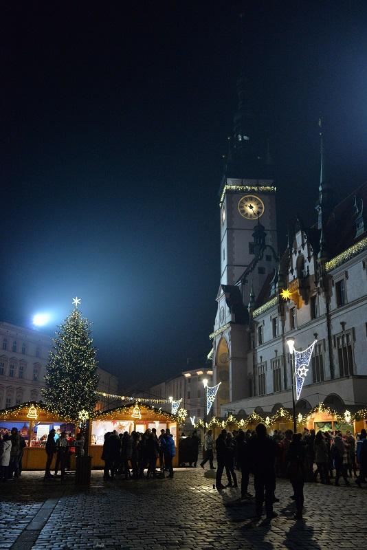 オロモウツの市庁舎とクリスマスマーケット