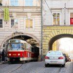 えっ!?こんなところを路面電車が走るの!というプラハの街のトラムを撮影 #visitCzech #チェコへ行こう #link_cz #prague #プラハ