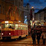 チェコのブルノでクリスマスマーケットが開催されている広場を走る電飾キラキラな路面電車を撮影してみた! #visitCzech #link_cz #チェコへ行こう #brno #ブルノ