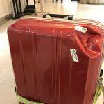 チェコから成田空港に帰ってきて荷物を受け取ったらスーツケースに大きなヘコミが!?でも海外旅行保険のt@bihoたびほに入っていたので無事円満解決です #visitCzech #link_cz #チェコへ行こう