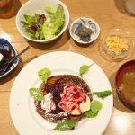 足立区北千住にある一歩一歩のカフェ食堂でメインメニューにプラス500円で3種のおばんざいなどがついてくるお得なランチセットを食べてきた! #地域ブログ