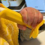 赤ちゃんがバナナの形をした歯がためを噛み噛みする姿が無茶苦茶かわいい! #育児